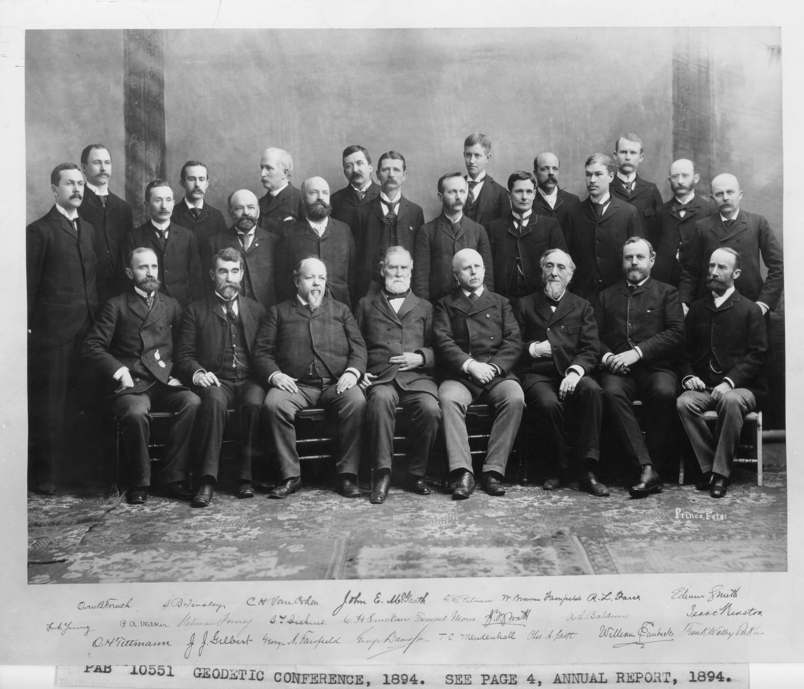 Photo of a large group of white male scientists assembled in 1894